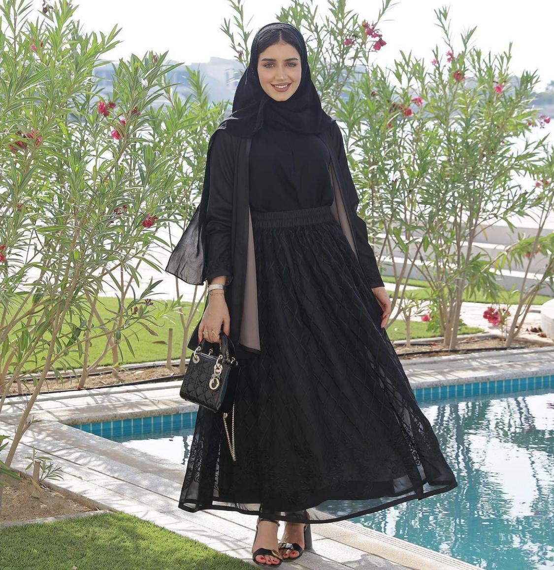 الاعلامية البحرينية خولة المراغي بعباية من تصميم علامة زاهي العود -الصورة من الانستغرام