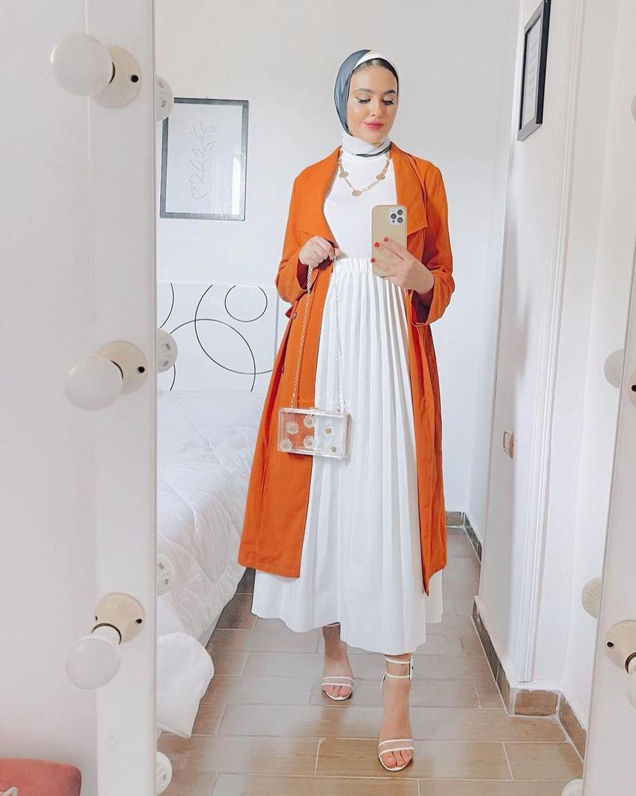 مريم حسن بالعباية القصيرة مع التنورة -الصورة من حسابها على الانستغرام