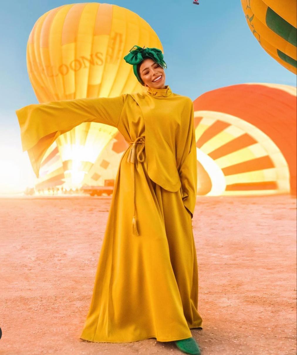 منة السني بفستان اصفر ناعم -الصورة من حسابها على الانستغرام