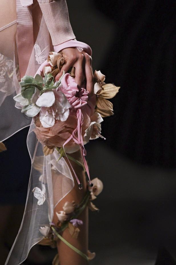 بعض دور الأزياء تعتمد الأزهار البارزة على الحقائب