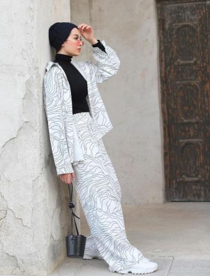 بدلة بنفشة الخطوط المطعبة من شهد ناصر- الصورة من حسابها على إنستجرام