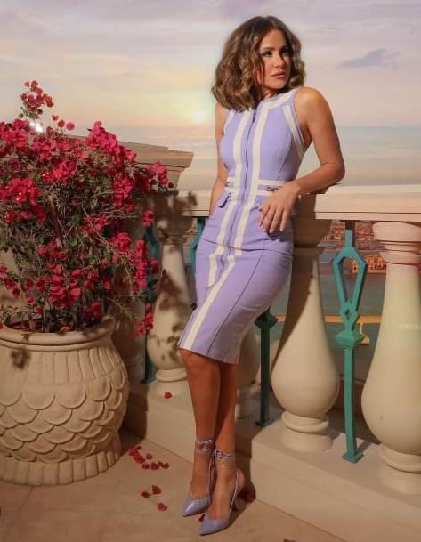 ديما قندلفت في فستان بنفسجي