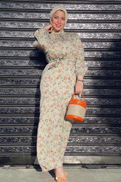 فستان بنقشة الورود المطبعة من مريم سيف من حسابها على إنستجرام