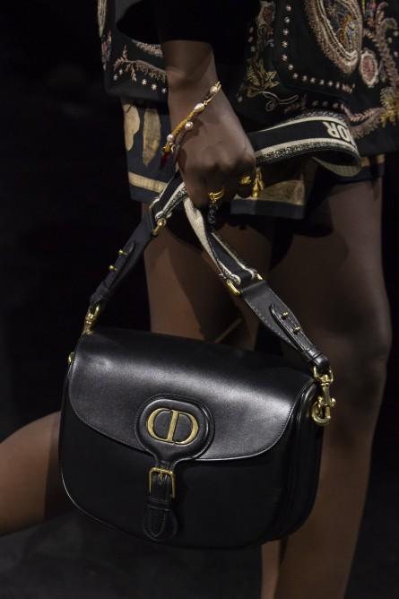 حقيبة كريستيان ديور الجلدية السوداء التي تعود لموضة الألفينات