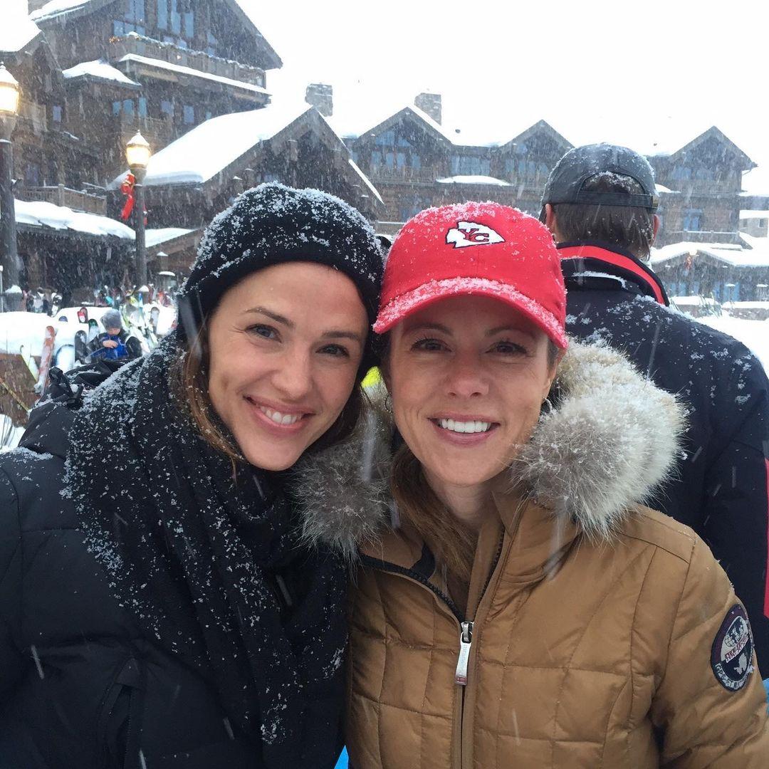 جينيفر تستمتع برحلة ثلجية مع صديقة لها- الصورة من أنستغرام