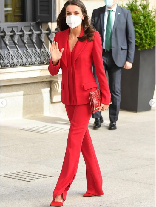 الملكة ليتيزيا ترتدي طقماً أحمر الصورة من حساب انستغرام @royalfashionpolice