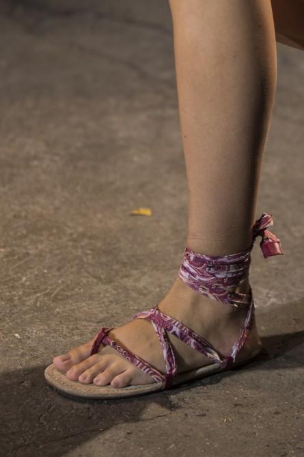 السيور والأربطة تسيطر على الأحذية الكاجوال هذا العام