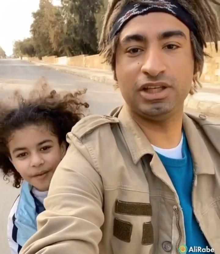 علي ربيع والطفل كريم حسين