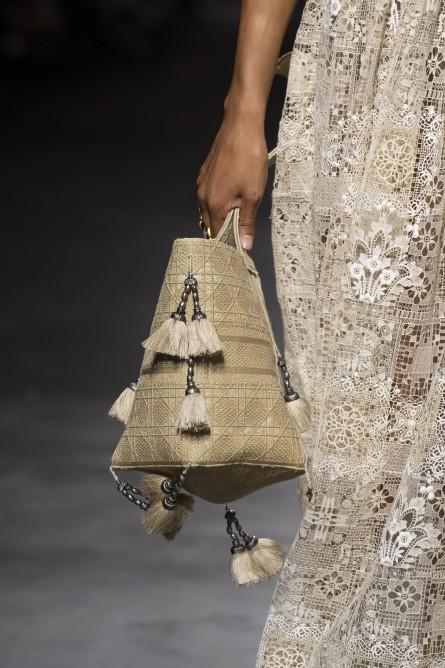من أهم عناصر حقيبة السلة هو تزينها بمختلف الأشكال