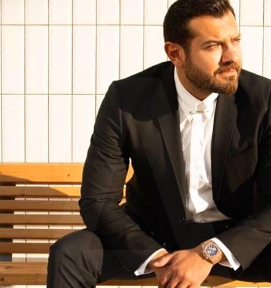 عمرو يوسف ببدلة سوداء