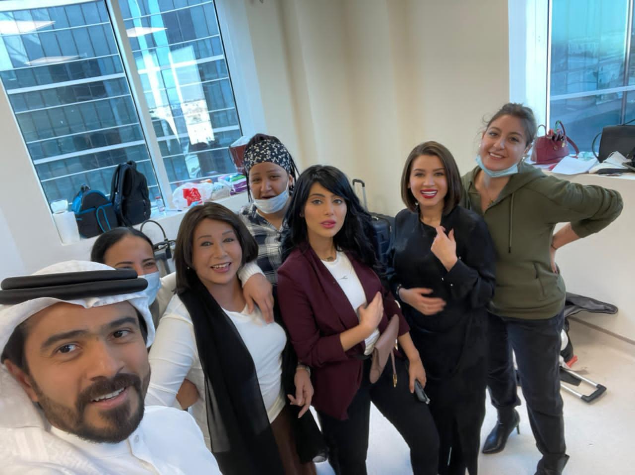 مريم الغامدي في صورة مع فريق عمل مسلسل عود حي