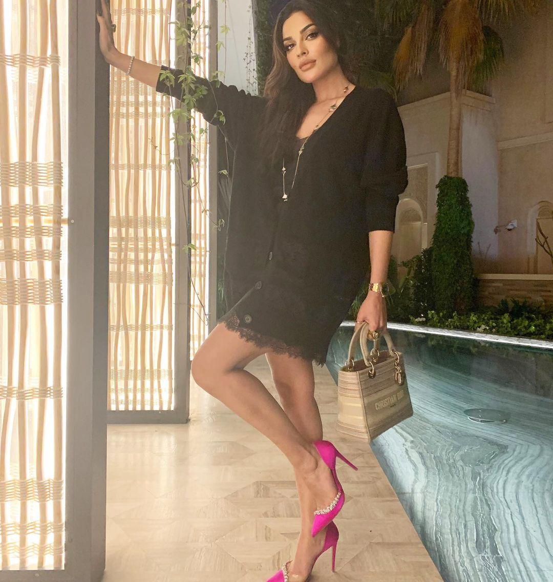 صورة نادين نسيب نجيم من انستغرامها الخاص كلام الصورة: نادين نسيب نجيم ترتدي زياً اسود وحذاء زهرياً.