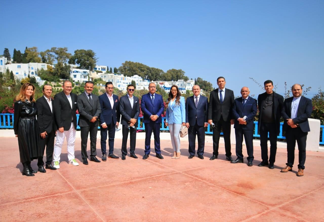 ر ئيس  الحكومة وبجانبه صابر الرباعي برفقة بعض أعضاء نقبابة الفنانين التونسيين
