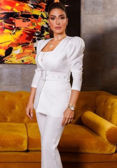 روجينا ببدلة بيضاء