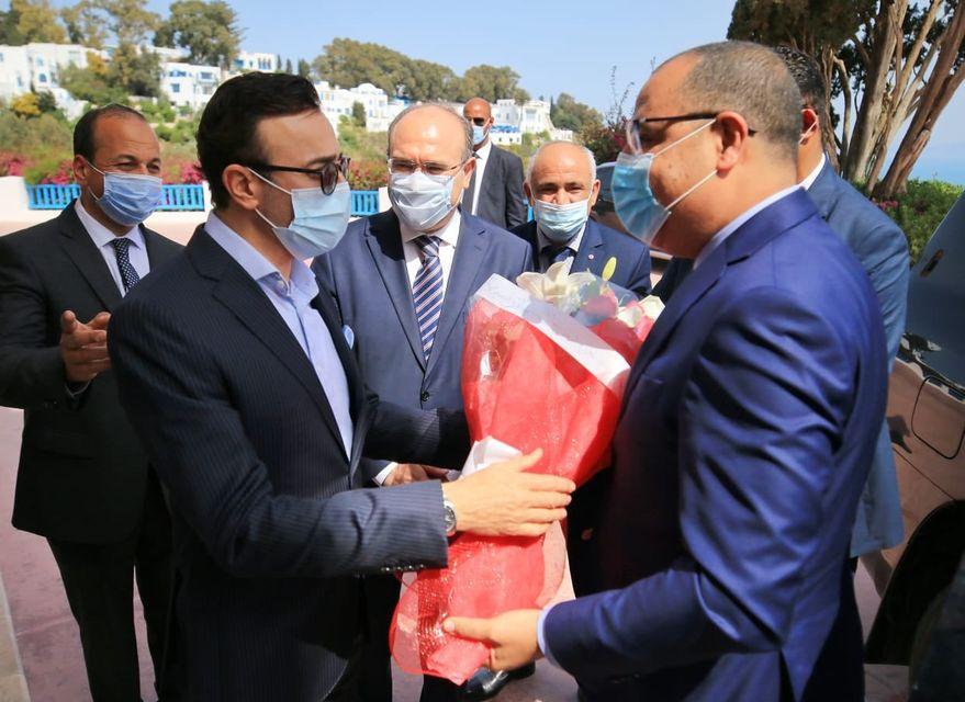 صابر  الرباعي نقيب الفنانين التونسيين يسلم رئيس الحكومة التونسية باقة ورد