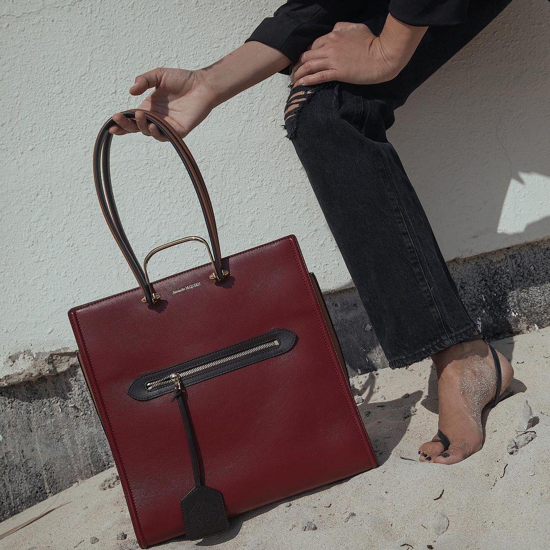 حقيبة من الكسندر مكوين كبيرة الصورة من انستقرام shoestova