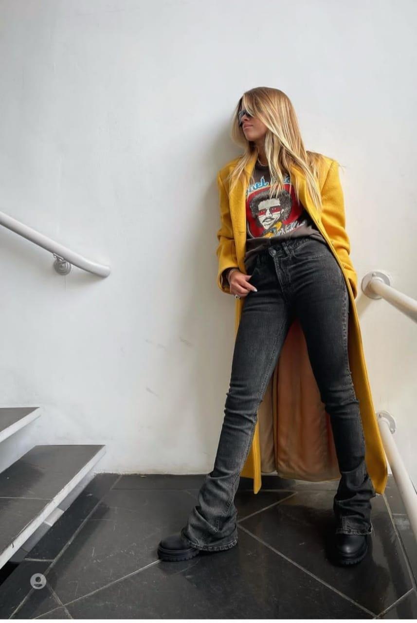 صوفيا ريتشي ترتدي المعطف الأصفر @sofiarichie من انستغرامها الخاص