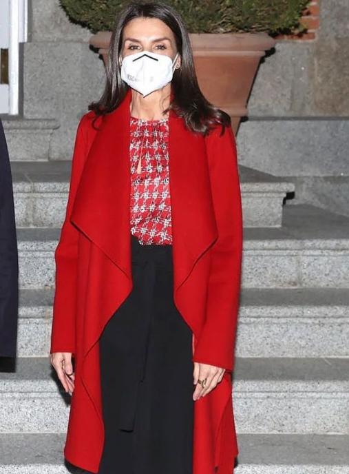 الملكة ليتيزيا في معطف أحمر الصورة من حساب @royalstylewatch على انستغرام