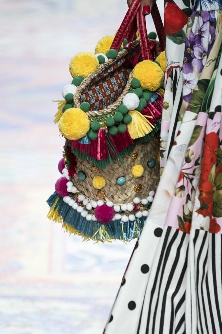 تتميز حقائب السلة بتزينها بأكسسوارات ملونة مناسبة للاجواء الربيعية والصيفية