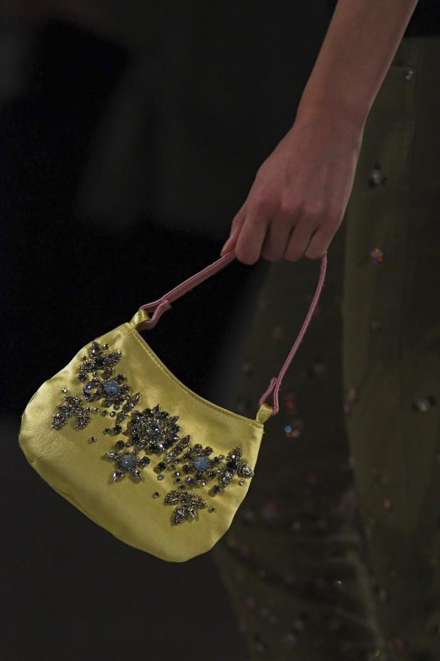 تطريز الأزهار على الحقيبة من الصيحات الرائجة هذا الموسم