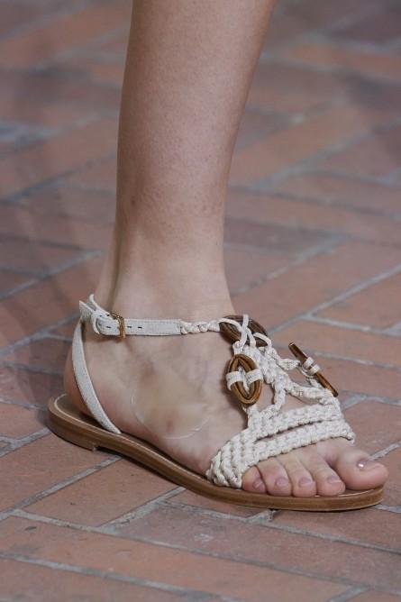 تزيين الأحذية بقطع الخشب على طريقة البوهو
