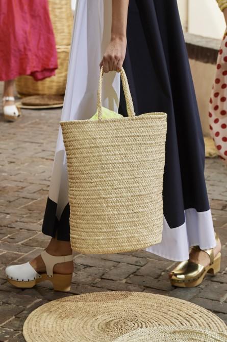 يفضل تنسيق حقائب السلة مع الفساتين الصيفية الفضفاضة