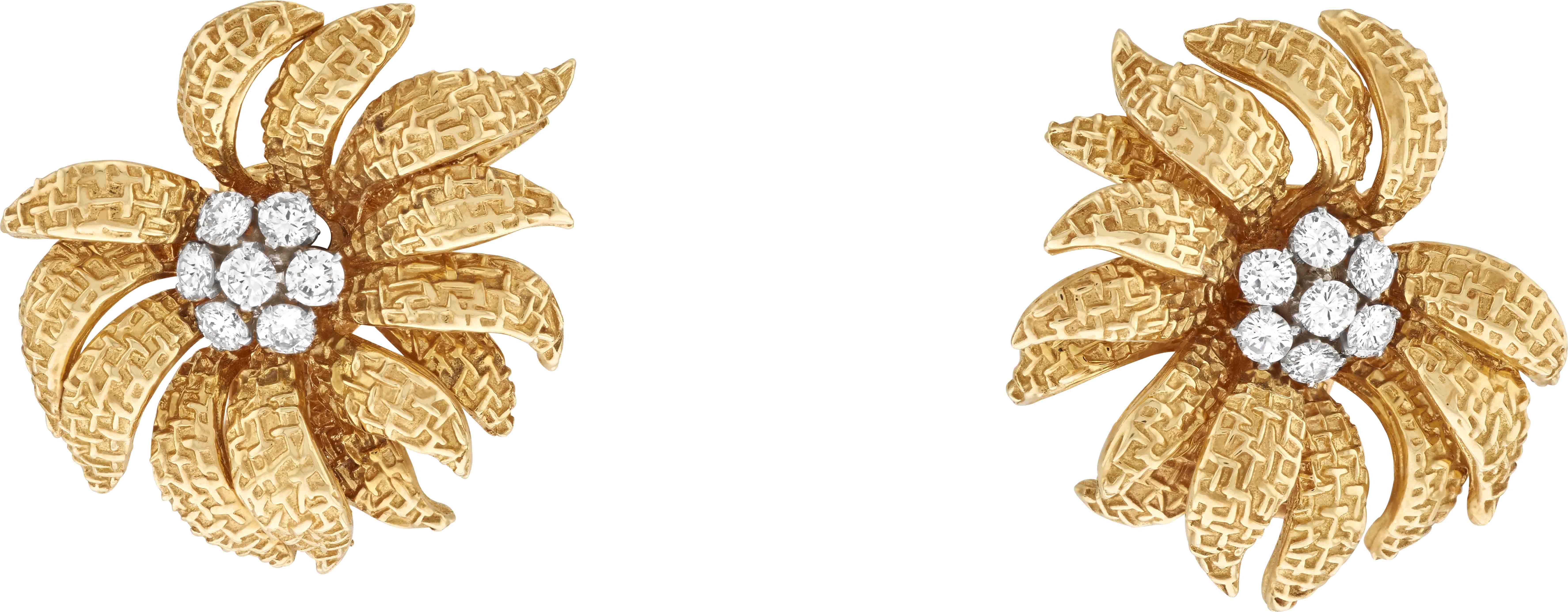 1961- أقراط أذن كريزانتيموم، 1964 -مصممة من ذهب أصفر، بلاتين، ماس