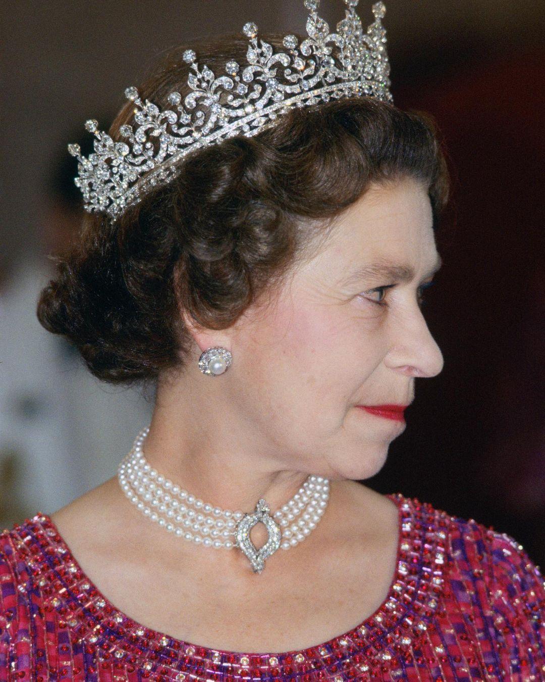 الملكة إليزابيث مرتدية عقد اللؤلؤ والماس