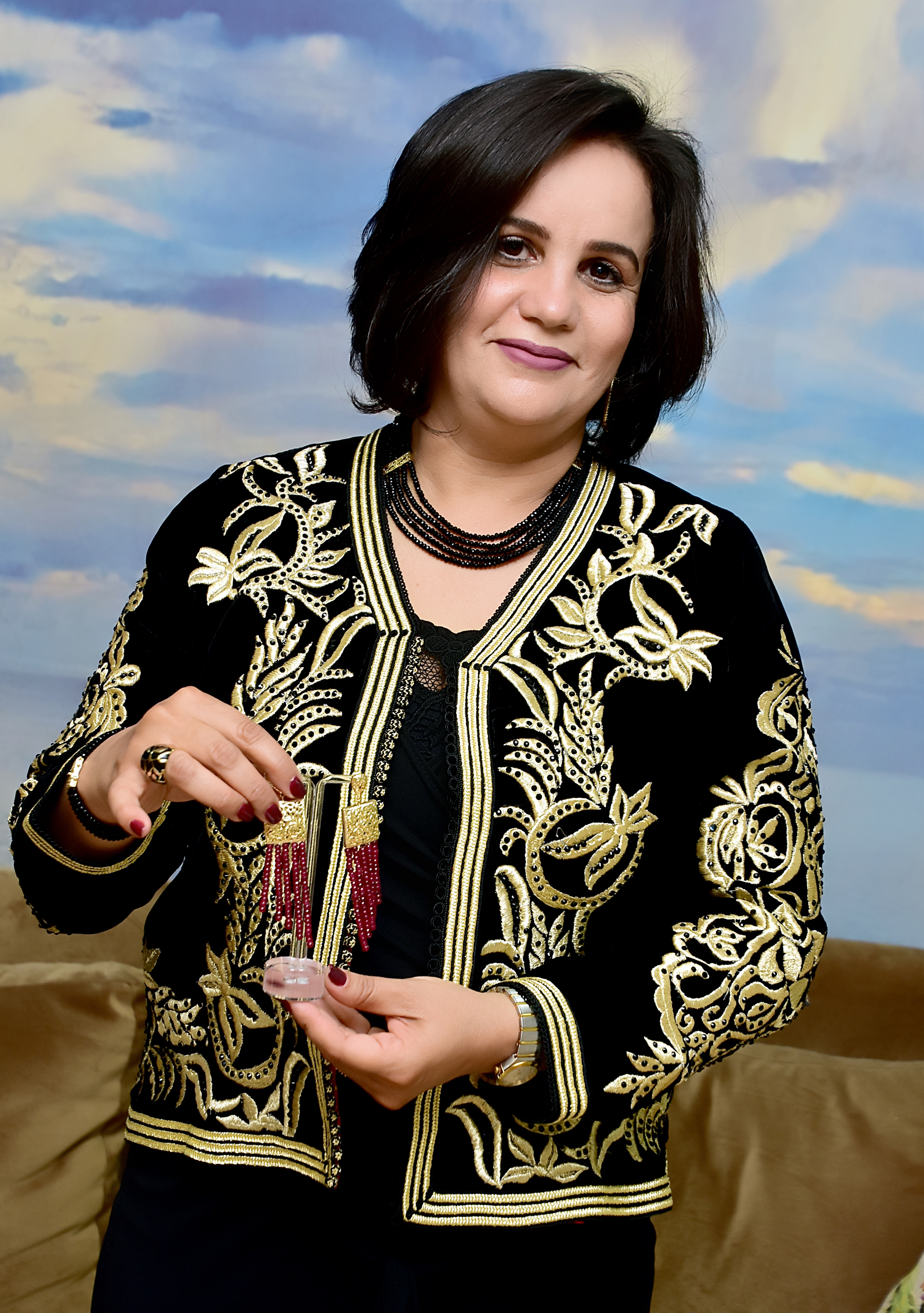 سميرة العماني مع احد تصاميمها