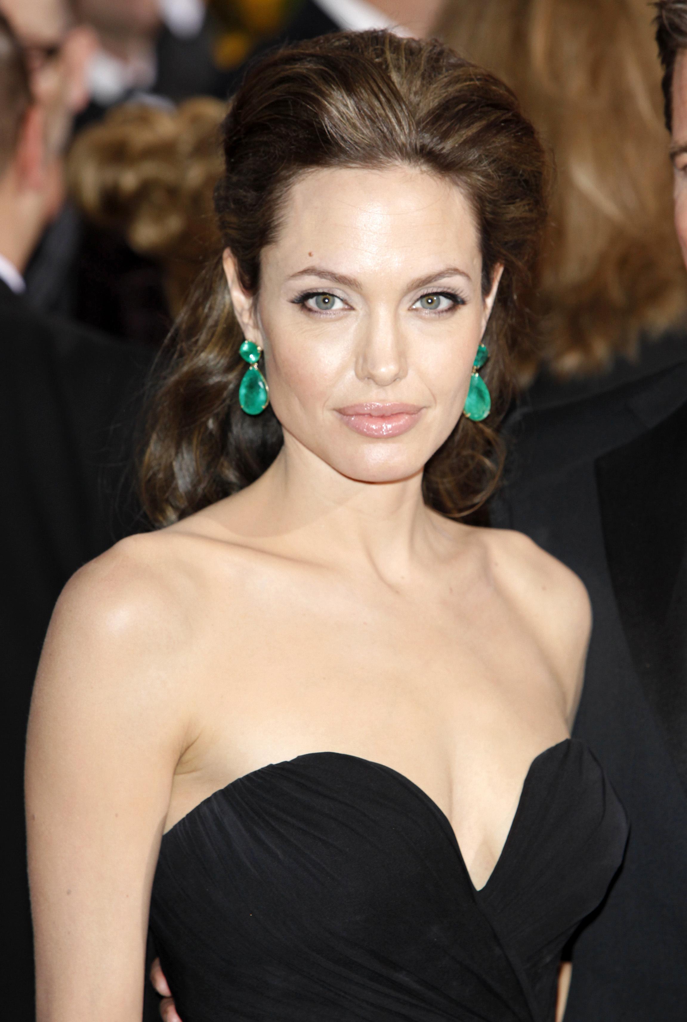 أنجيلينا جولي Angelina Jolie بأقراط من لورين شوارتز Lorraine Schwartz