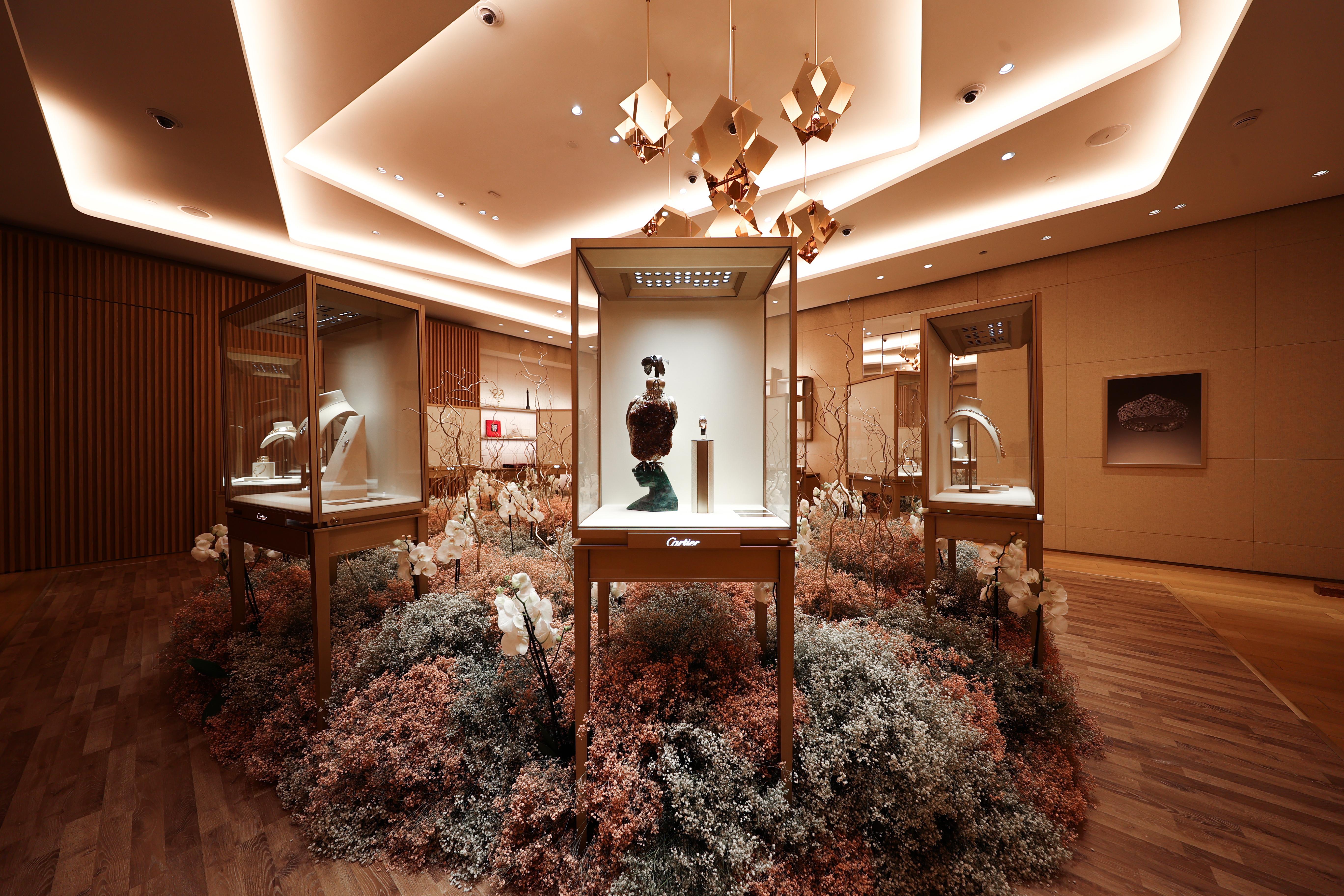 معرض مميز لمجوهرات كارتييه Cartier الفاخرة في متجرها بالفيصلية في المملكة العربية السعودية