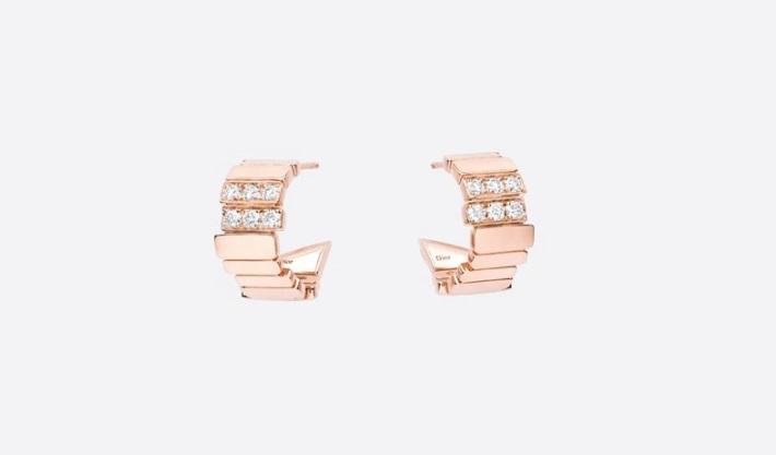 أقراط من الذهب الوردي والألماس من ديور Dior