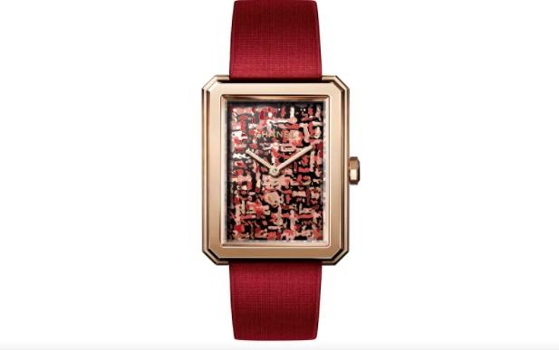 ساعة حمراء من شانيل «Chanel»