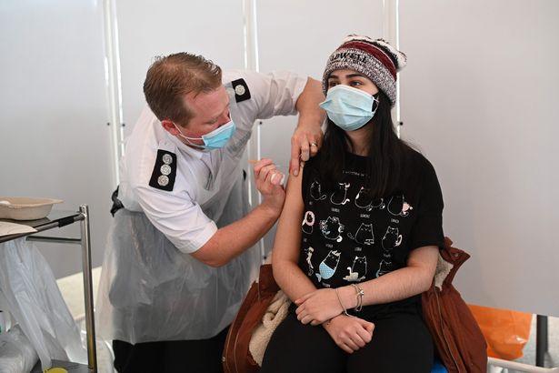 قد ينتج عن تلقي اللقاحات آثار جانبية