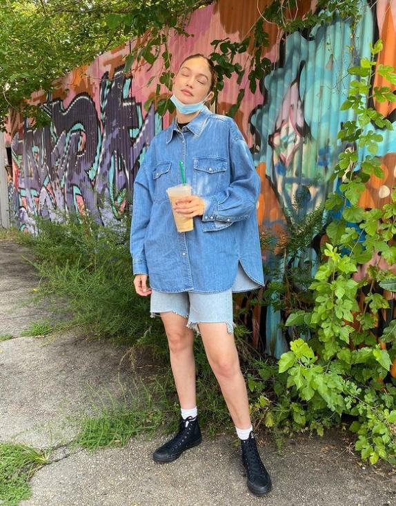 جيجي حديد ترتدي الدنيم الصورة من حساب النجمة على انستغرام