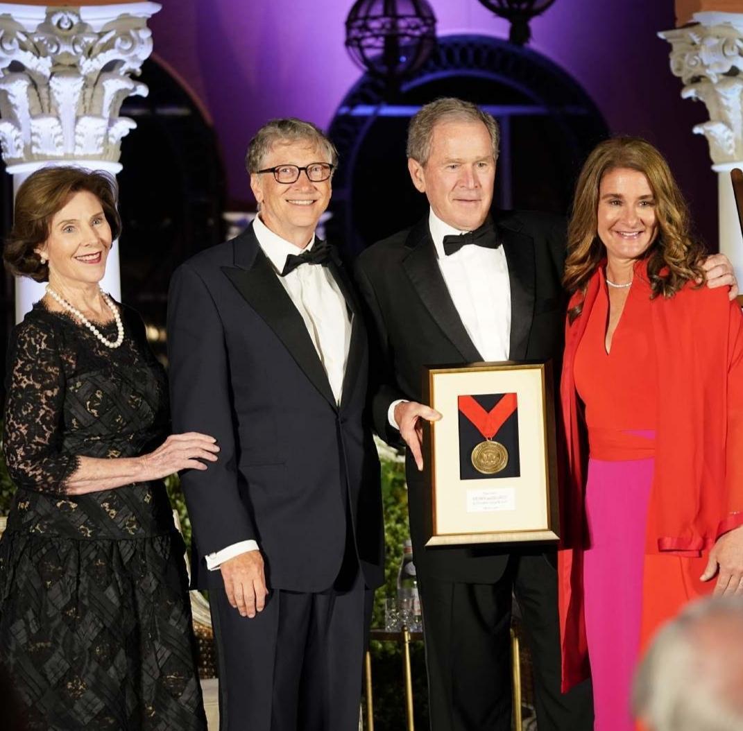 بيل وميليندا جيتس مع الرئيس الأمريكي السابق جورج بوش- الصورة من حساب بيل غيتس عل إنستغرام