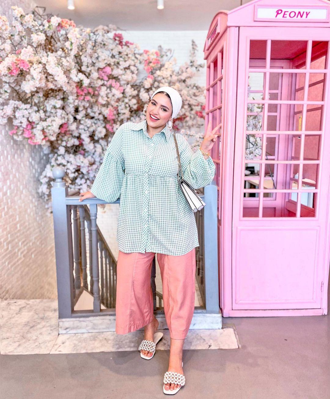 دينا رزق ببنطلون وردي وقميص كاروهات واسع