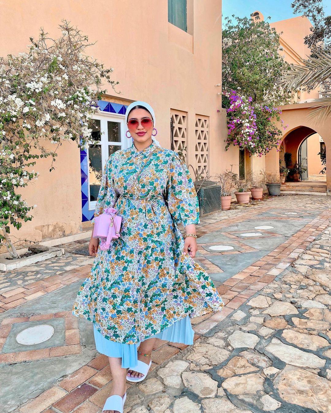 دينا رزق بفستان واسع مُطبع بالورود