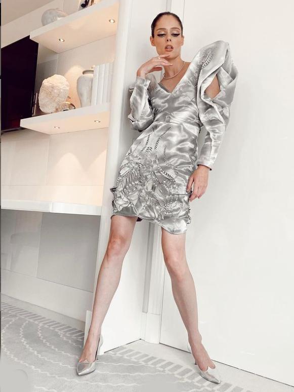 العارضة كوكو روشا ترتدي فستاناً ميني بأكمام منفوخة الصورة من حساب النجمة على انستغرام