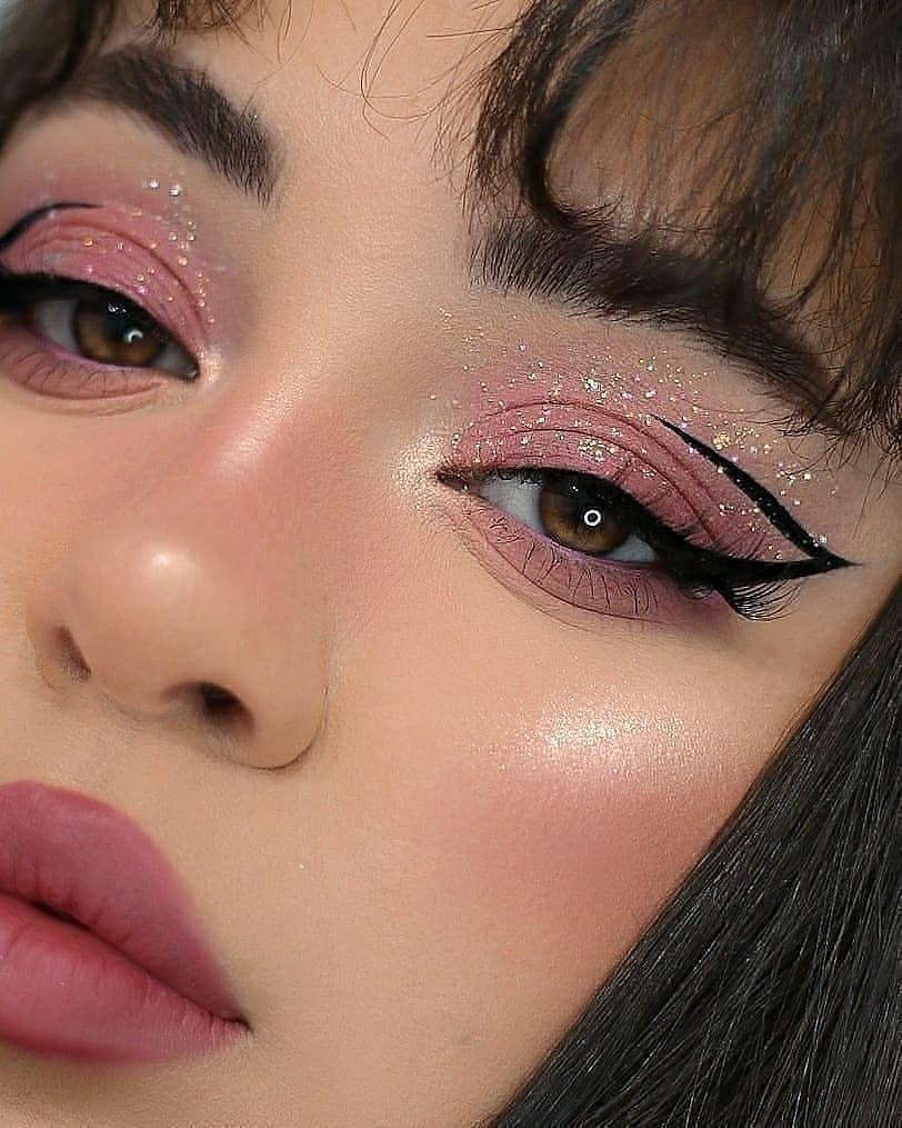 مكياج عيون غرافيكي مع جليتر لصيف 2021- الصورة من صفحة Makeup Kontent على إنستقرام