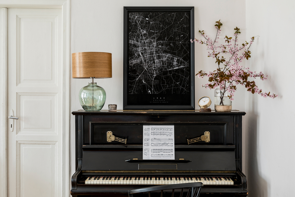 آلة البيانو في غرفة الجلوس الفخمة