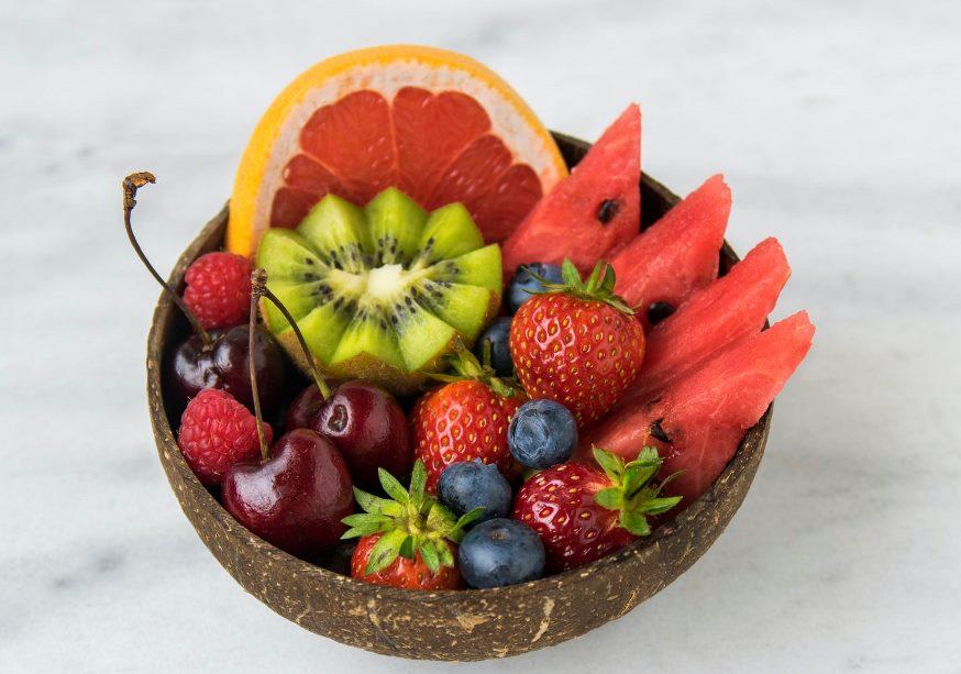أضيفي بعض أنواع الفواكه إلى الماء