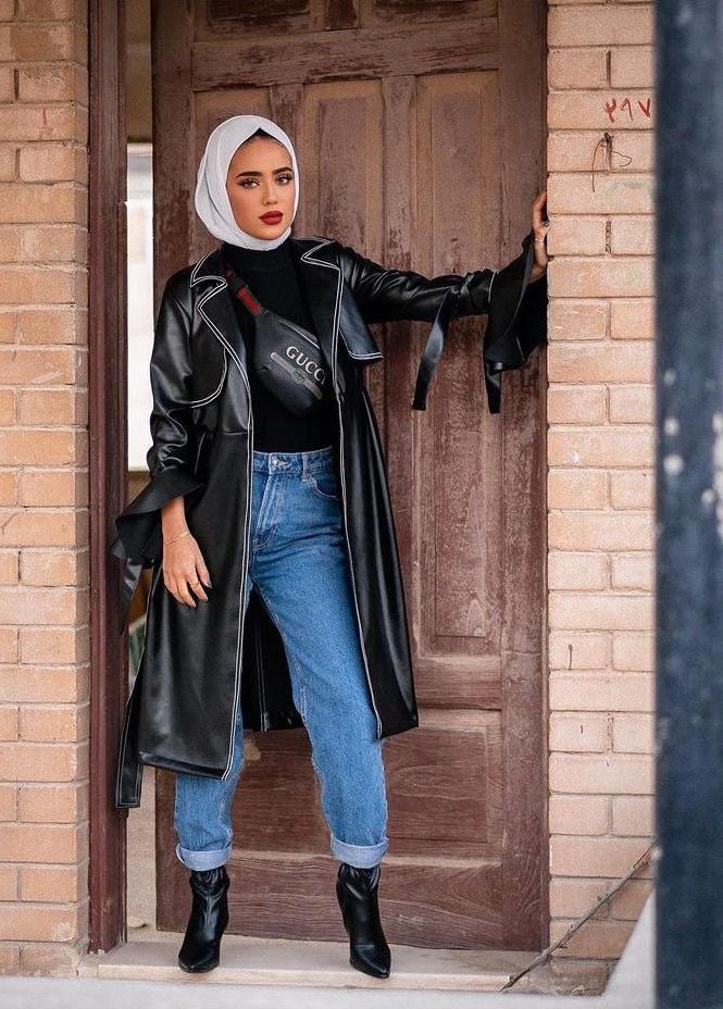 معطف جلد أسود مع بنطلون جينز من سارة الدهيم-صورة 3
