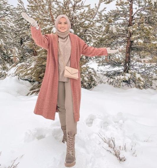 طريقة تنسيق البوت ذي الأربطة الأمامية مع المعطف الطويل