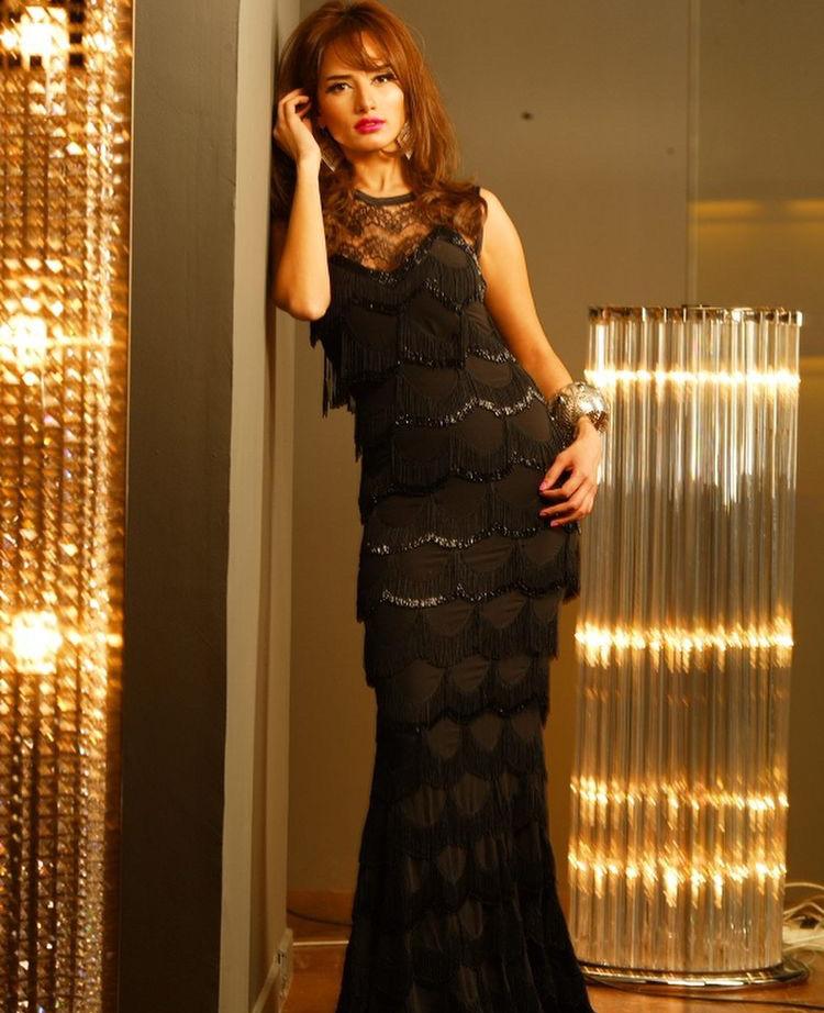 زينة بفستان أسود بتصميم حورية البحر