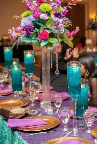 الكؤوس والشمعدان الملون على طاولات الضيوف