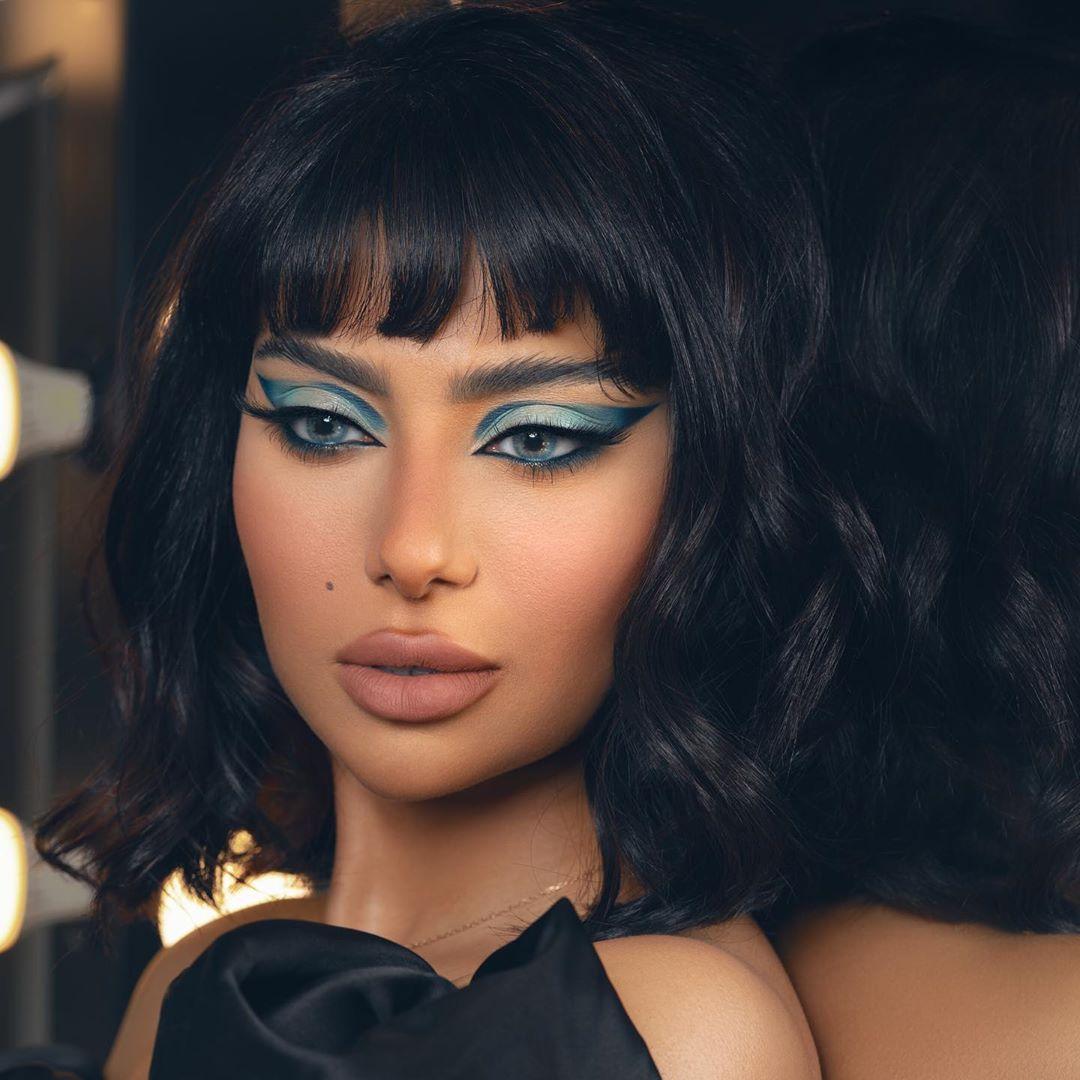 مكياج أزرق غرافيكي من شيلاء سبت