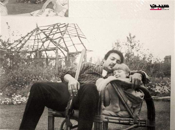رشدي أباظة يحتضن ابنته قسمت وهي طفلة