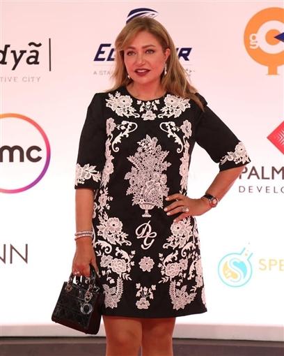 طلالة ليلى علوي ترتدي فستاناً قصيراً من تصميم DOLCE& GABBANA