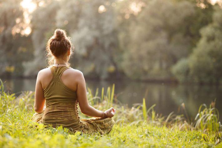 حاولي تجربة التأمل والتنفس المركّز للتخلص من التوتر